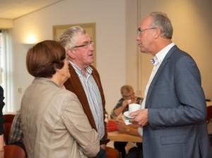 Burgemeester-Gerbrandy-in-gesprek-met-bezoekers-Burendagontbijt-2013-522x391